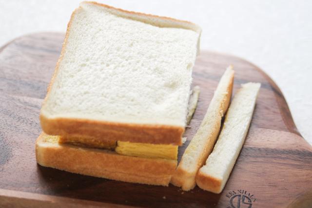 耳は好みで切り落とさなくてもOK|関西風たまごサンドの作り方|【コンビニ飯レシピ】一人暮らしの朝ごはんに!簡単ボリュームサンドイッチ3選