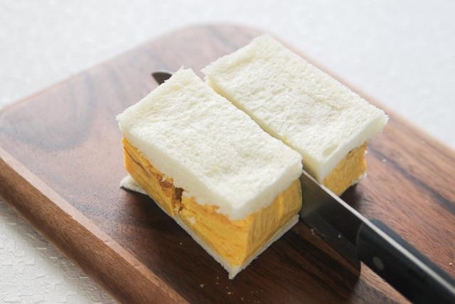 断面が出るように、横方向に包丁を入れる|関西風たまごサンドの作り方|【コンビニ飯レシピ】一人暮らしの朝ごはんに!簡単ボリュームサンドイッチ3選