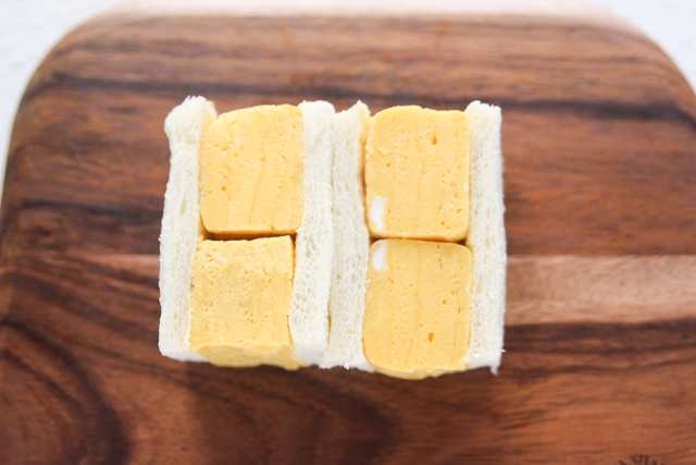 分厚い玉子の断面が食欲をそそる!|関西風たまごサンドの作り方|【コンビニ飯レシピ】一人暮らしの朝ごはんに!簡単ボリュームサンドイッチ3選