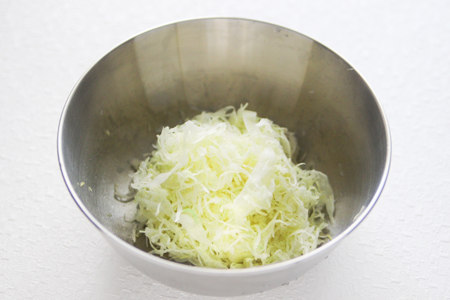 水をしぼるとこんなにキャベツのかさが減った|キャベツと卵のサンドイッチの作り方|【コンビニ飯レシピ】一人暮らしの朝ごはんに!簡単ボリュームサンドイッチ3選