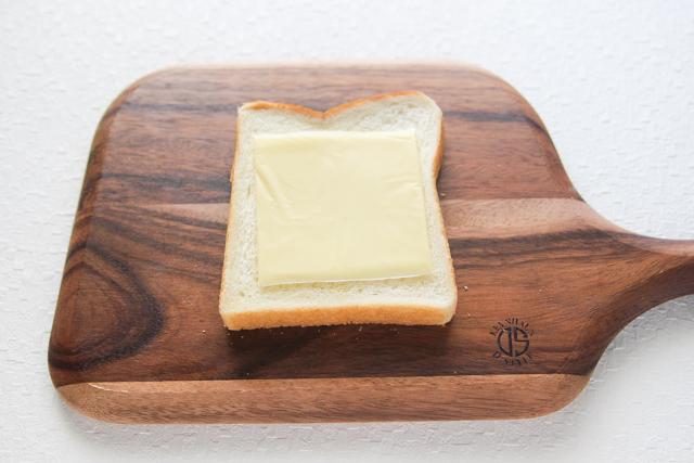 食パンにスライスチーズをのせることで、水気が染み込むのを防止する効果も|キャベツと卵のサンドイッチの作り方|【コンビニ飯レシピ】一人暮らしの朝ごはんに!簡単ボリュームサンドイッチ3選