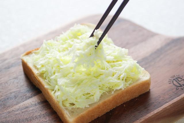 キャベツの半量を全体にのせる|キャベツと卵のサンドイッチの作り方|【コンビニ飯レシピ】一人暮らしの朝ごはんに!簡単ボリュームサンドイッチ3選