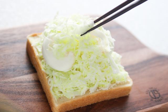 残りのキャベツで卵を覆う|キャベツと卵のサンドイッチの作り方|【コンビニ飯レシピ】一人暮らしの朝ごはんに!簡単ボリュームサンドイッチ3選