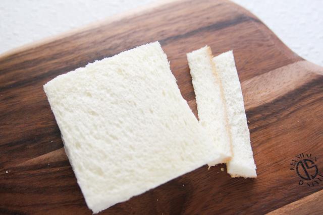 耳は切り落とす。サンドイッチ用のパンがあればそれでもOK|苺とマンゴーのフルーツサンドの作り方|【コンビニ飯レシピ】一人暮らしの朝ごはんに!簡単ボリュームサンドイッチ3選