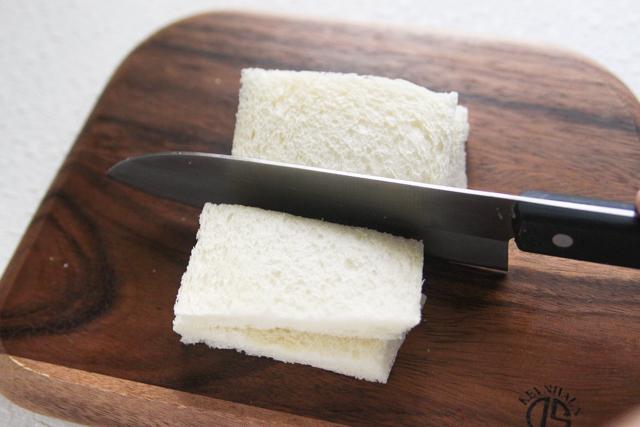 パンをさらに横半分に切る|苺とマンゴーのフルーツサンドの作り方|【コンビニ飯レシピ】一人暮らしの朝ごはんに!簡単ボリュームサンドイッチ3選