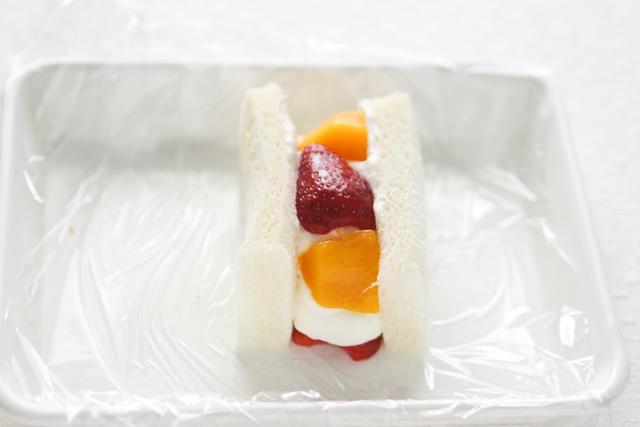 さらにフルーツをのせ……|苺とマンゴーのフルーツサンドの作り方|【コンビニ飯レシピ】一人暮らしの朝ごはんに!簡単ボリュームサンドイッチ3選