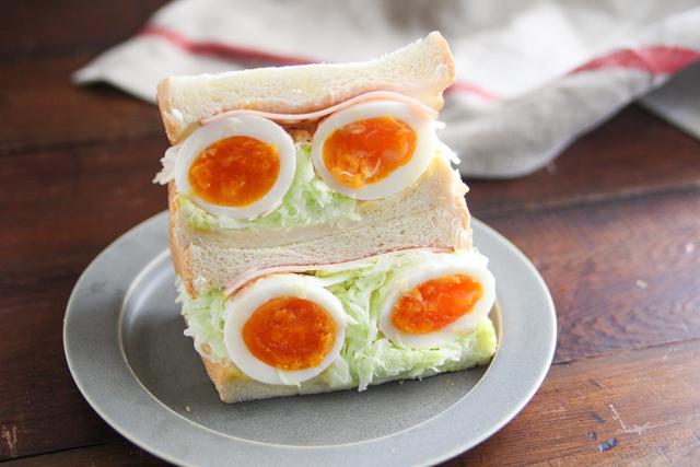 千切りキャベツ1袋と卵2個がまるごと入ったボリュームサンド!|【コンビニ飯レシピ】一人暮らしの朝ごはんに!簡単ボリュームサンドイッチ3選