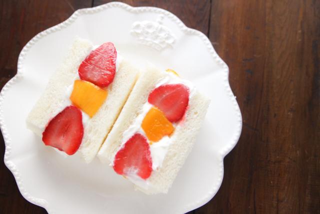コンビニで手に入る食材で、大流行中のフルーツサンドが作れる!|【コンビニ飯レシピ】一人暮らしの朝ごはんに!簡単ボリュームサンドイッチ3選
