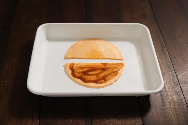 割ったえびせんの半分にソースを塗り広げる|たこせんのレシピ|【コンビニ飯レシピ】5分で完成! ハイボールに合う簡単&絶品おつまみ3選