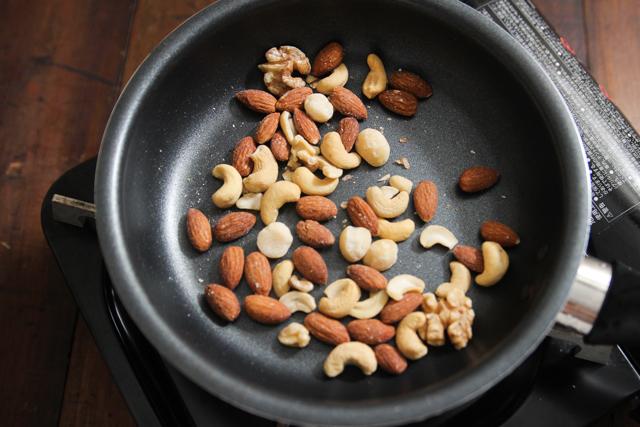 ナッツの歯ごたえをカリッとさせるため、乾煎りしておこう|塩メープルナッツのレシピ|【コンビニ飯レシピ】5分で完成! ハイボールに合う簡単&絶品おつまみ3選