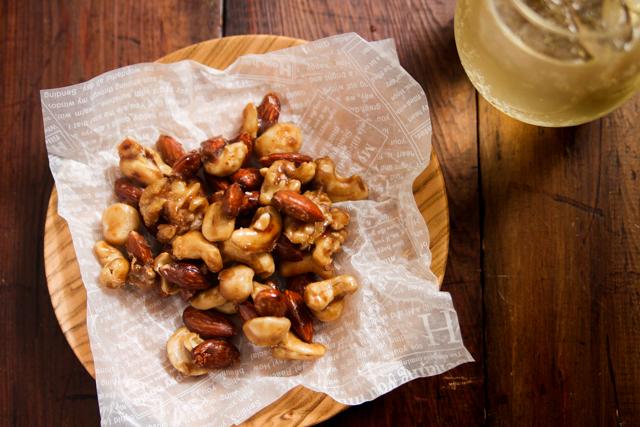 オシャレなバーで飲んでいる気分になる塩メープルナッツ。これも自宅で簡単に作れちゃう!|塩メープルナッツのレシピ|【コンビニ飯レシピ】5分で完成! ハイボールに合う簡単&絶品おつまみ3選