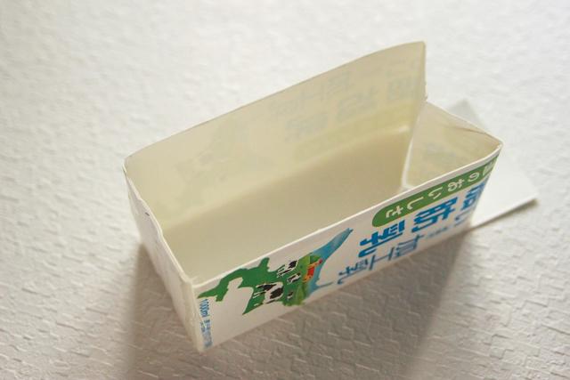 牛乳パックの底の部分もテープで固定したら完成|鯉のぼりの押し寿司の鯉のぼり型の作り方|コンビニで買える食材で作れる!こどもの日のメニューにおすすめのレシピ!簡単&かわいい鯉のぼりの押し寿司でお祝いしよう