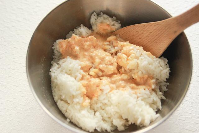 酢飯の代わりにごはんにドレッシングを混ぜる。ドレッシングはレモン、フレンチなど、あっさりしていて色が白系のものならOK|コンビニで買える食材で作れる!こどもの日のメニューにおすすめのレシピ!簡単&かわいい鯉のぼりの押し寿司でお祝いしよう