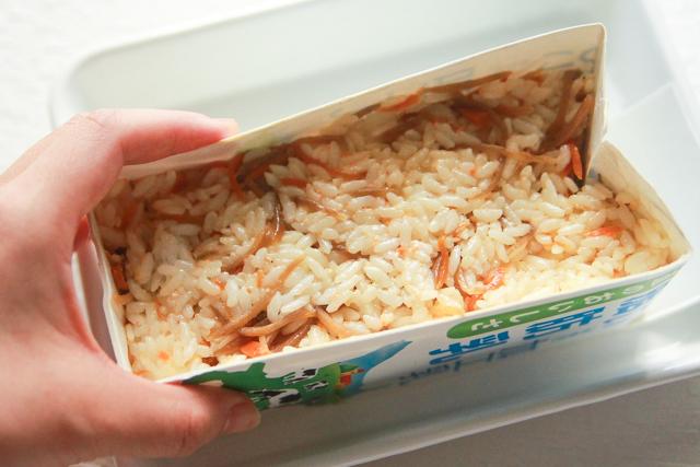 押したことで鯉のぼりの型がゆがむので、最後に形を整えて|コンビニで買える食材で作れる!こどもの日のメニューにおすすめのレシピ!簡単&かわいい鯉のぼりの押し寿司でお祝いしよう