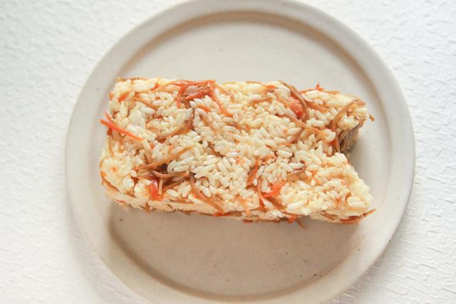 型に皿をかぶせて、そっとひっくり返せばOK|コンビニで買える食材で作れる!こどもの日のメニューにおすすめのレシピ!簡単&かわいい鯉のぼりの押し寿司でお祝いしよう