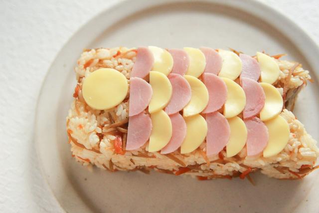 すき間のないよう、少し重なるようにして並べると、より鯉のぼりらしくなる!|コンビニで買える食材で作れる!こどもの日のメニューにおすすめのレシピ!簡単&かわいい鯉のぼりの押し寿司でお祝いしよう