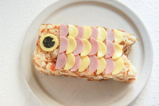 鯉のぼりの押し寿司のできあがり!|コンビニで買える食材で作れる!こどもの日のメニューにおすすめのレシピ!簡単&かわいい鯉のぼりの押し寿司でお祝いしよう