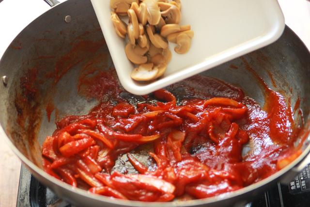上の写真と比べると、炒めたことで赤色が濃くなった。これがおいしさのポイント!|【再現レシピ・レトロ喫茶編】「さぼうる2」の人気メニュー・大盛りナポリタンの簡単レシピ