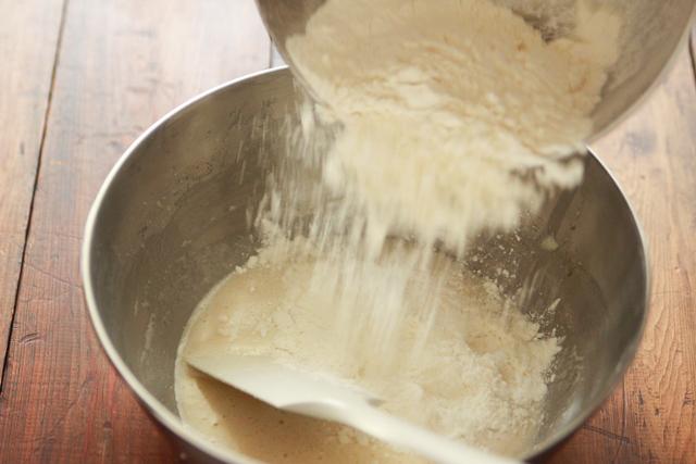 ゴムベラに持ち替え、粉類を一度に加える 【再現レシピ・レトロ喫茶編】「イワタコーヒー」風のふかふか厚焼きホットケーキの簡単レシピ