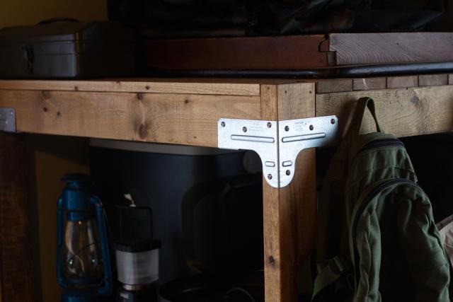 """2×4木材の棚は""""シンプソン金具""""を用いたこだわりの一品。DIYをよくする人にはお馴染みのアメリカ発のL字金具だ DIY好きなパパに聞く、賃貸物件でもできる畳を活かしたアウトドア&ヴィンテージな和室インテリア"""