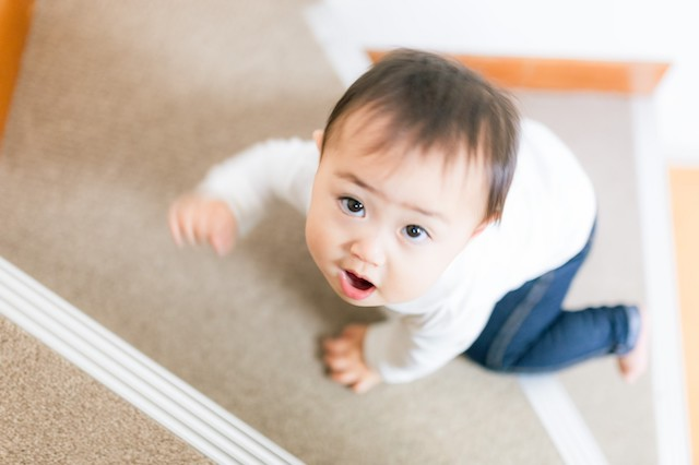 子育て中は「子どもがいつの間にか階段を上っている!」ということも。子どもがケガをしないためにも、乳児期間の住まいはフラットな造りのものがベター|子育てにいい賃貸物件は?育児中の家族の部屋探しのポイントを早稲田大学の佐藤先生に聞いてきた