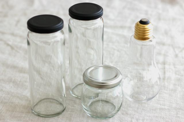 ハーバリウムを入れるビン。今回は100均のアイテムをセレクト。おうちにある空き瓶でもOK|簡単おしゃれなハーバリウムの作り方。部屋のインテリアに枯れない花を取り入れよう