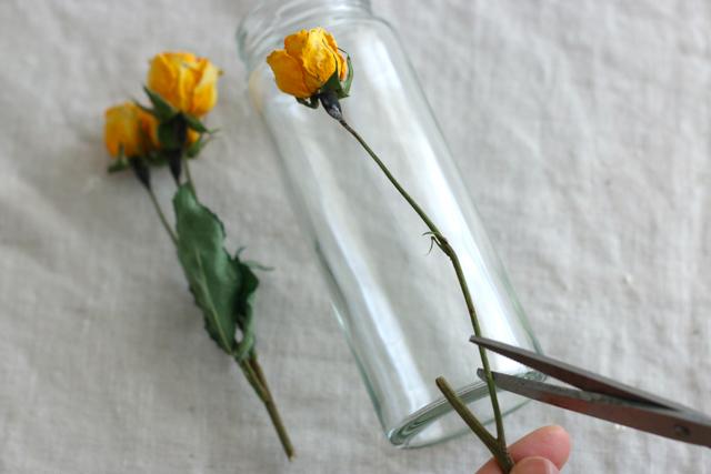 全ての花材の長さをそろえず、花の位置がバランスよくなるようにカット|簡単おしゃれなハーバリウムの作り方。部屋のインテリアに枯れない花を取り入れよう