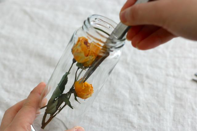 ピンセットを使えば、花材の細かい調整もラクラク|簡単おしゃれなハーバリウムの作り方。部屋のインテリアに枯れない花を取り入れよう