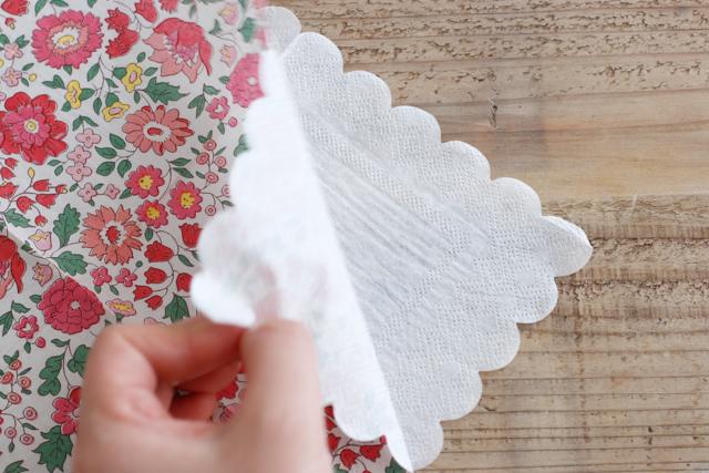 まず紙ナプキンの柄のついている方の紙だけ剥がす|デコパージュとは?100均の材料でできる、おしゃれなスマホケースの作り方