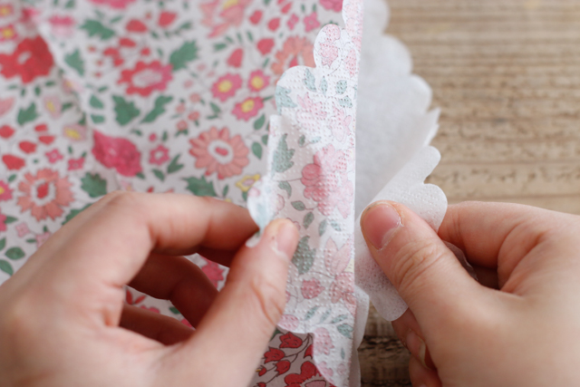 さらに2枚に分かれるので、柄がついている薄い紙だけを使おう|デコパージュとは?100均の材料でできる、おしゃれなスマホケースの作り方