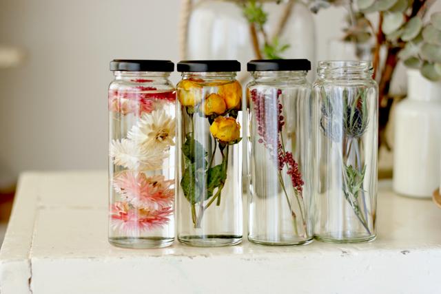 ハーバリウムは瓶の中に入れる花材で表情が変わる|簡単おしゃれなハーバリウムの作り方。部屋のインテリアに枯れない花を取り入れよう
