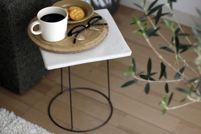 100均グッズを使って、たった10分程で、こんなミニテーブルが作れる! 【賃貸DIY】100均の材料だけで簡単に作れる!あると便利なミニテーブルの作り方