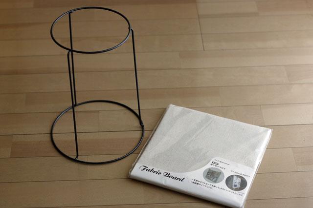 ダイソーの鉢スタンドとセリアのファブリックボード。ファブリックボードは、脚になる鉢スタンドとのバランスを見てサイズを選ぼう 【賃貸DIY】100均の材料だけで簡単に作れる!あると便利なミニテーブルの作り方