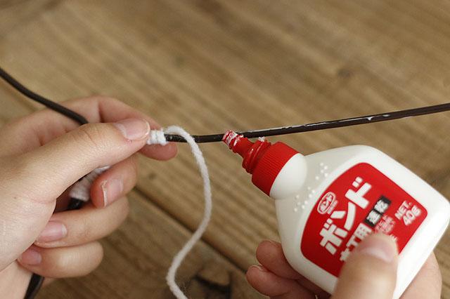 接着剤は乾くと透明になるので、毛糸からはみ出しても大丈夫|【賃貸DIY】100均ワイヤーハンガーをおしゃれにリメイク!もこもこハンガーの作り方