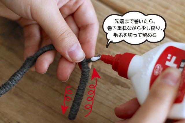 最後の部分は、接着剤が乾くまでテープなどで押さえておくとよい|【賃貸DIY】100均ワイヤーハンガーをおしゃれにリメイク!もこもこハンガーの作り方