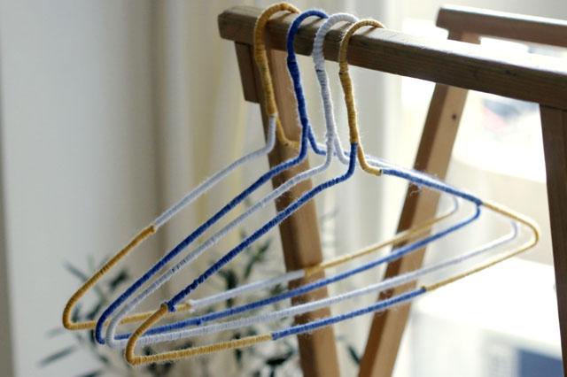 「白・青・黄のみ」など、使うカラーを限定すれば全体に統一感が出る|【賃貸DIY】100均ワイヤーハンガーをおしゃれにリメイク!もこもこハンガーの作り方
