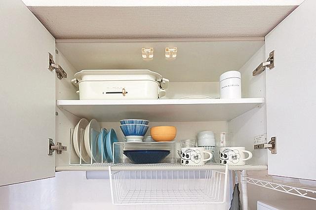 キッチンの上の収納棚には2人分の食器を収納。どこを開けてもスッキリと片付いている今野さん宅|狭くても快適!コンパクトな2DKで二人暮らしのカップルに聞く、ミニマルライフの魅力