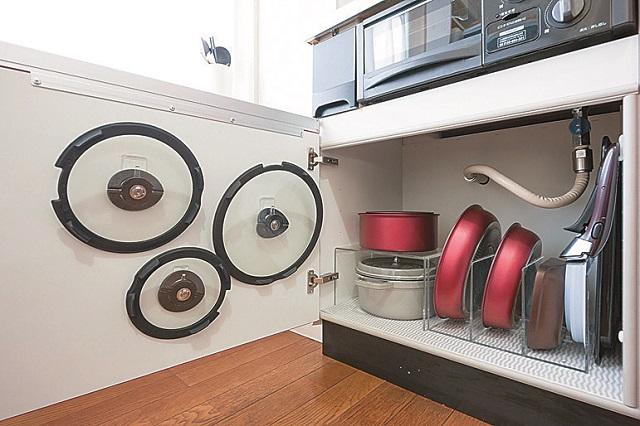 キッチン下の収納棚には、フライパンや鍋を収納。全ての物の指定席が決められ、何がどこにあるかひと目でわかる|狭くても快適!コンパクトな2DKで二人暮らしのカップルに聞く、ミニマルライフの魅力