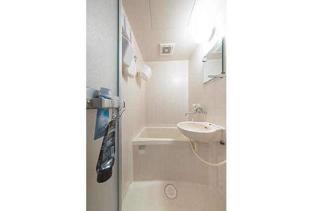 本当は独立洗面台が欲しかったと今野さん。バスグッズは全て「ひっかける収納」で空間を有効活用、狭さを感じさせない|狭くても快適!コンパクトな2DKで二人暮らしのカップルに聞く、ミニマルライフの魅力