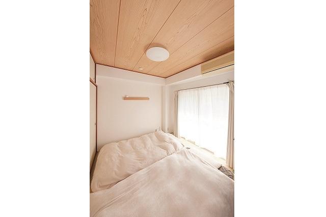 寝る時は和室にマットレスを敷く。昼間は和室と居間とをつなげて広く使えるのがメリットだという|狭くても快適!コンパクトな2DKで二人暮らしのカップルに聞く、ミニマルライフの魅力