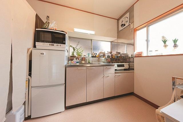大家さんが大工ということもあり、趣はそのままに、部屋全体が修繕されている。キッチンなどの水まわりも清潔で使い勝手が良さそうだ|レトロな一軒家に女性一人暮らし!築年数が古い賃貸物件をあえて選んだ理由や魅力とは?