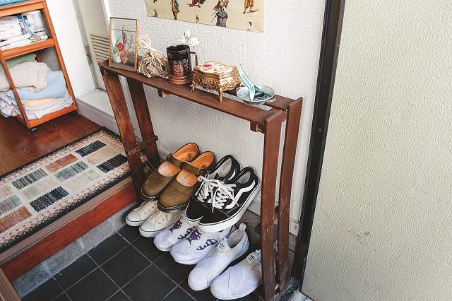 玄関を開けて最初に目に入るシャビーなシューズラック。部屋のサイズに合わせて作られているため、靴を脱ぐスペースも充分にある|家賃3万円台の賃貸物件をDIYでアレンジ!自分らしくお得に住む方法とは?
