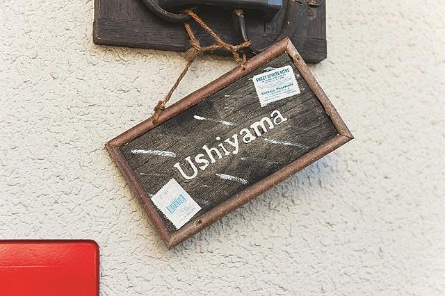 玄関の入口に掛けられた自作のネームプレート。字体までおしゃれである。DIYは玄関から始まっているのだ|家賃3万円台の賃貸物件をDIYでアレンジ!自分らしくお得に住む方法とは?