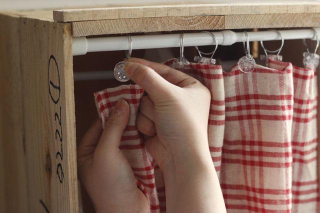 カーテンクリップ同様、フリークロスも部屋の雰囲気に合わせて選ぼう|【賃貸DIY】リンゴ箱を棚や収納に!並べるだけでもペイントしてもおしゃれな使い方アイデア