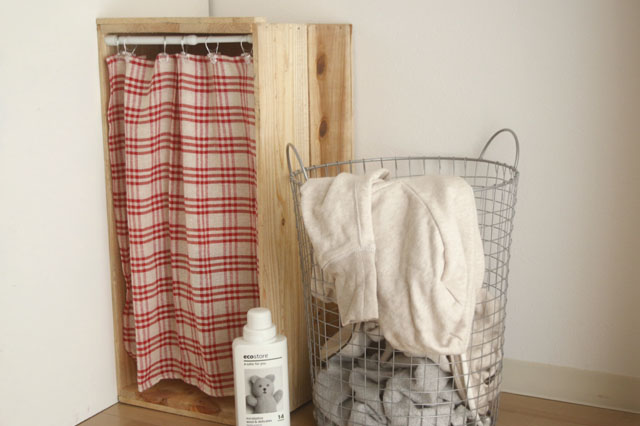 掃除道具や洗濯用具など、ゴチャゴチャしやすい小物を目隠しできる!|【賃貸DIY】リンゴ箱を棚や収納に!並べるだけでもペイントしてもおしゃれな使い方アイデア