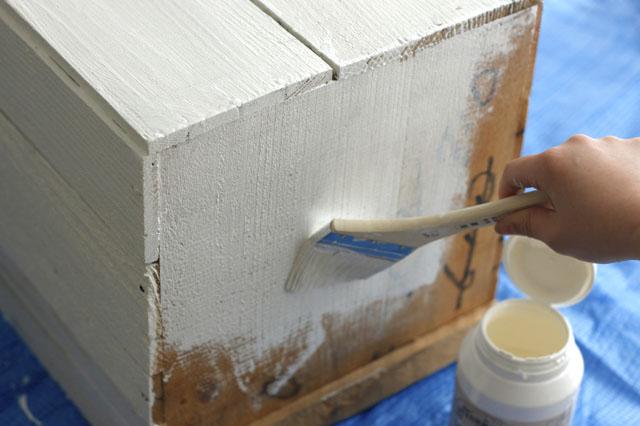 においの少ない水性塗料を使う場合も、換気をしながら作業を!|【賃貸DIY】リンゴ箱を棚や収納に!並べるだけでもペイントしてもおしゃれな使い方アイデア