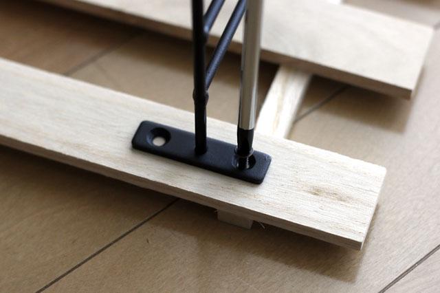 どちらか一方の穴が、すのこのゲタの上になるように取り付けること!|【賃貸DIY】初心者でも簡単!100均すのこを使った壁面棚の作り方