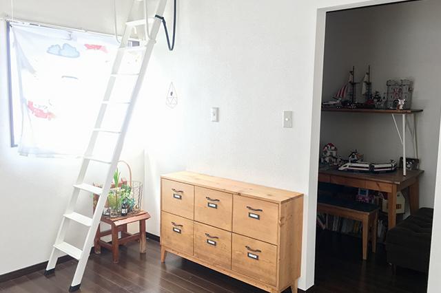 写真右のスペースが「おもちゃ部屋」。奥まった場所にあるので秘密基地のようなワクワク感もある |一戸建てってどうなの?転勤ファミリーの暮らしぶりと戸建て賃貸のメリットを聞いた
