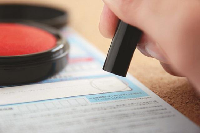 契約書に捺印する時はしっかり項目を確認してからにしよう|知っておけば安心!賃貸物件の契約手続きのポイントや気をつけること、必要なものとは