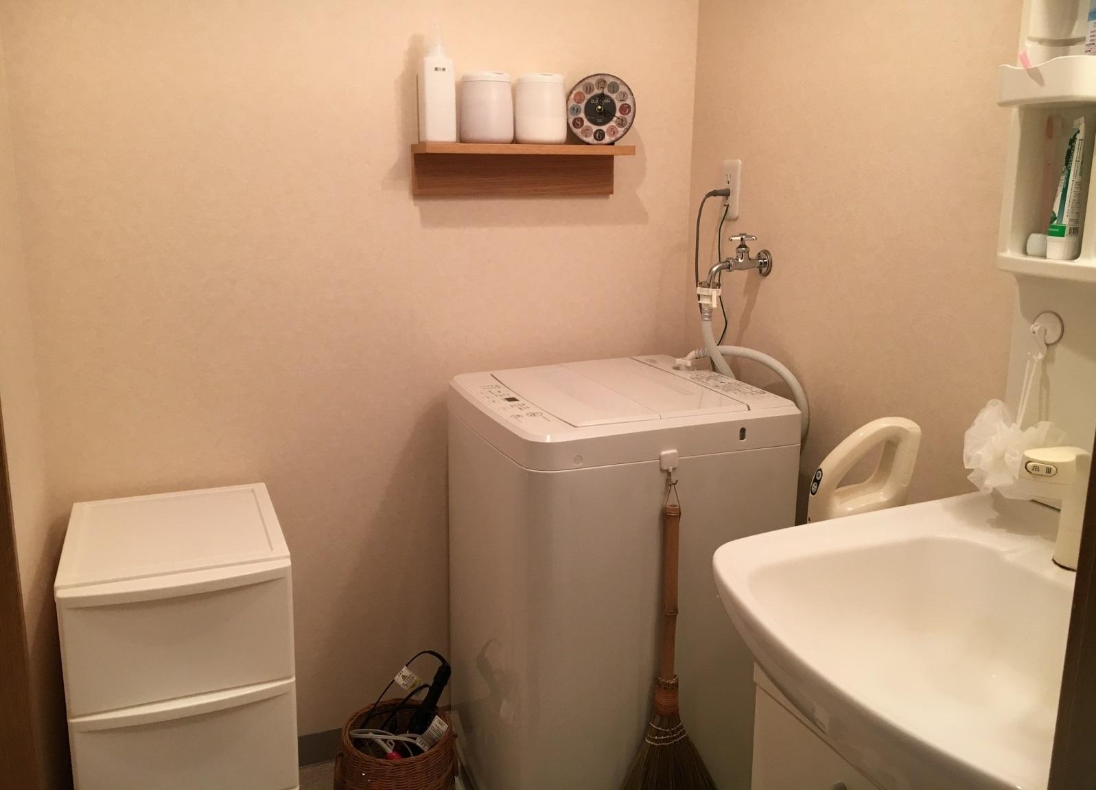 洗面台まわりは白い家電、家具で統一。収納ボックスは100円ショップで購入したシンプルなもの|誰でも今日から実践できる!無理のない断捨離でシンプルライフを送るコツ